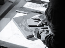 Artiste de peintre travaillant à une toile d'huile Photographie stock