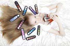 Artiste de renivellement de styliste avec des balais et des produits de beauté images libres de droits