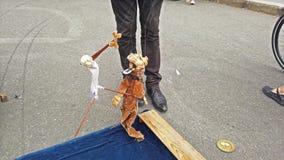 Artiste de rue avec des marionnettes faisant une exposition clips vidéos