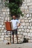 Artiste de rue avec un chevalet et un chat Photographie stock