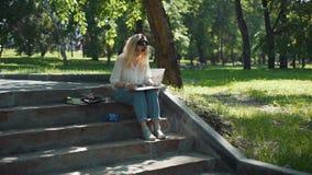 Artiste de rue faisant un croquis pour la future image banque de vidéos