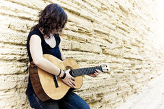 Artiste de rue jouant la guitare Photographie stock libre de droits