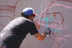 Artiste de rue peignant le graffiti coloré sur le mur - concept d'art moderne avec les murales vivants de peinture urbaine de typ photo stock