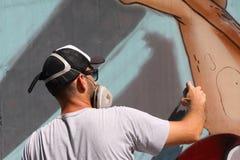 Artiste de rue peignant le graffiti coloré sur le mur - concept d'art moderne avec les murales vivants de peinture urbaine de typ images stock