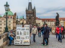 Artiste de rue sur la passerelle de Charles, Prague. Images libres de droits