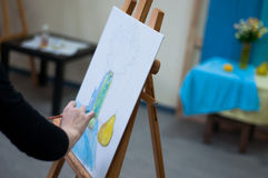 Artiste dessinant sa photo sur la toile avec des couleurs à l'huile Images libres de droits