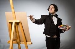 Artiste drôle dans le studio foncé Photographie stock