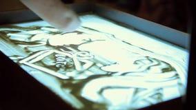 Artiste Draws Two People sur le sable clips vidéos