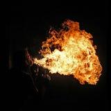 Artiste du feu exécutant le feu respirant photographie stock libre de droits