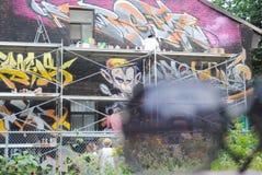 Artiste et graffiti photographie stock