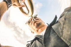 Artiste exécutant le jazz solo de trompette contre le ciel - musique et concept d'art de rue à l'emplacement de club d'air ouvert photos stock