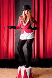 Artiste féminin attirant de cirque avec un fouet photos stock