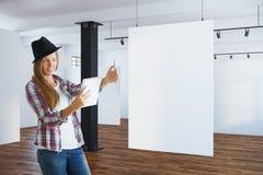 Artiste féminin dans l'intérieur avec la bannière Photo libre de droits