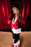 Artiste féminin de cirque annonçant l'exposition photos stock
