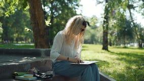 Artiste féminin Doing un croquis pour la future image banque de vidéos
