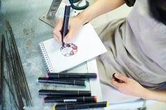 Artiste féminin Drawing Jewelry Sketch images libres de droits