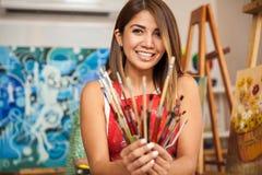 Artiste féminin heureux au travail photographie stock