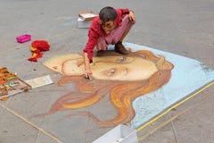 Artiste féminin peignant la naissance de Vénus sur le trottoir près de Calima Images stock