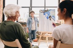 Artiste féminin Presenting Painting photos libres de droits