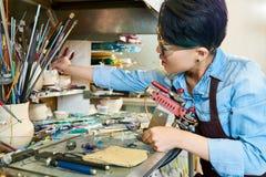 Artiste féminin Working avec le verre photo stock