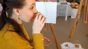 Artiste graphique ayant un thé potable de coupure de casse-croûte Photos libres de droits