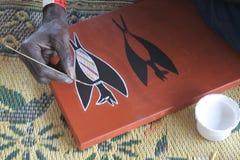 Artiste indigène créant une peinture de point image libre de droits
