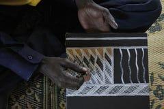 Artiste indigène créant une peinture de point images stock