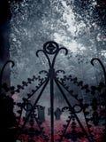 Artiste Ironed Old Gate avec un vieux cimetière à l'arrière-plan Images stock