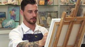 Artiste masculin barbu bel travaillant à une peinture chez son Art Studio illustration de vecteur
