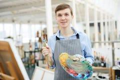 Artiste masculin Holding Palette photographie stock