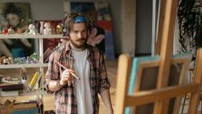 Artiste Paints Picture avec grande passion banque de vidéos
