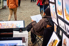 Artiste vendant son illustration dans Grand Place, Bruxelles Photo stock
