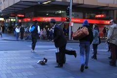 Artiste vivant de représentation de statue dans la rue occupée d'achats Photo stock