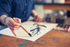 Artiste Working On Painting de jeune femme dans le studio Orientation sélectrice sur le plan photographie stock