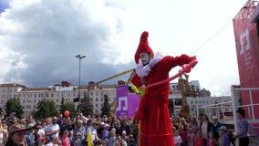Artistes de rue, clowns marchant sur des échasses banque de vidéos