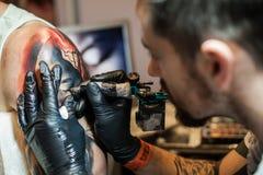 Artistes de tatouage au travail Photo libre de droits