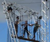 Artistes de trapèze aériens extérieurs de cirque dans le ciel images libres de droits