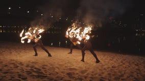 Artistes exécutant le cascade avec des barres de roulement clips vidéos