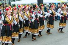 Artistes folkloriques bulgares aux jeux de Nestinar dans le village de Bulgari Image libre de droits
