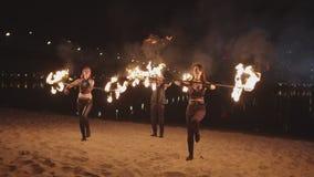 Artistes habiles de fireshow roulant des barres extérieures banque de vidéos