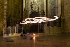 Artistes jonglant avec le ` brûlant s de deux POI à la représentation de feu Longue exposition causant la peinture avec la lumièr photographie stock