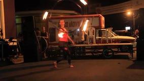 Artistes pendant leur fireshow banque de vidéos