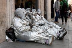 Artisti avec les masques italiens de politiciens Image libre de droits