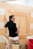Artisti che usando le spazzole per la decorazione della stanza interna con le decorazioni Fotografia Stock Libera da Diritti