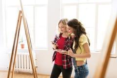 Artisti con lo smartphone allo studio o alla scuola di arte Fotografia Stock Libera da Diritti