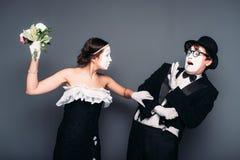Artisti della commedia che eseguono con il mazzo del fiore Immagini Stock Libere da Diritti