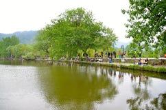 Artisti della sponda del fiume del villaggio di Hongcun Fotografia Stock Libera da Diritti