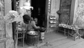 Artisti della sponda del fiume del villaggio di Hongcun Fotografia Stock