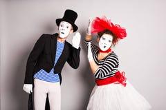 Artisti della via che eseguono, due mimi uomo e giorno degli sciocchi della donna ad aprile Fotografia Stock
