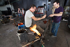 Artisti di vetro che lavorano insieme Fotografia Stock Libera da Diritti